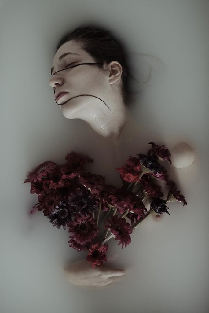 mujer en la bañera foto de Alessio Albi
