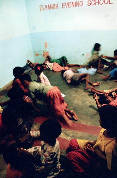 Este es el hogar de los niños que juegan en el suelo. No tienen juguetes, aunque los turistas donan mucho. Los juguetes que recibieron se vendieron inmediatamente por el director.