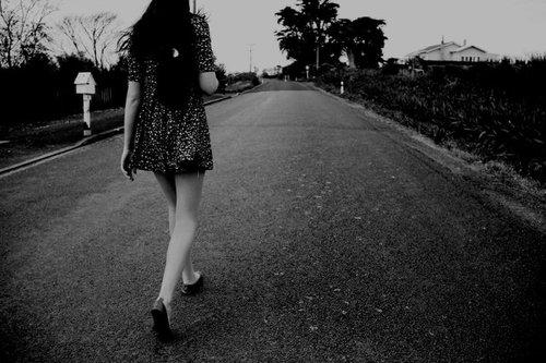 Mujer caminando por la calle