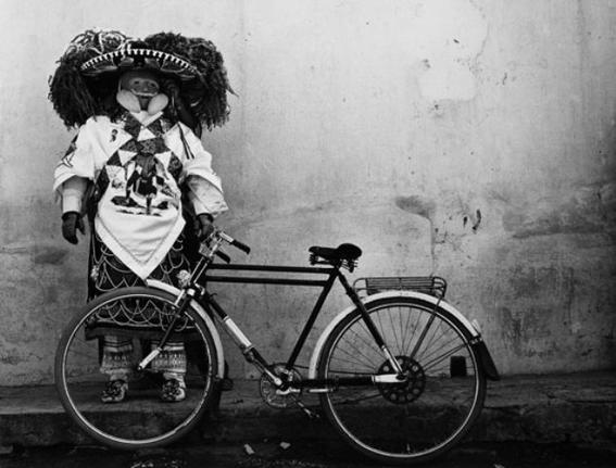 hombre y bici
