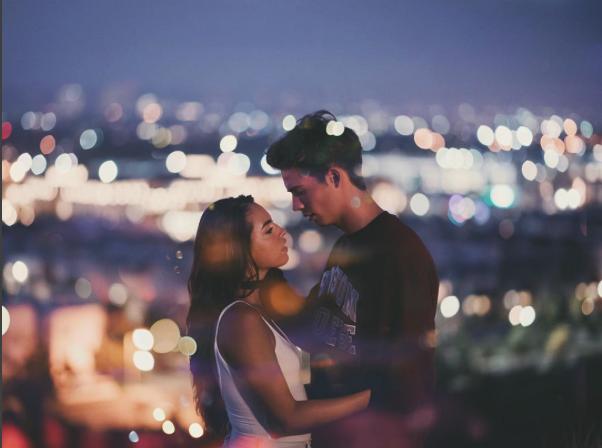 pareja a punto de beso desconfianza en la pareja