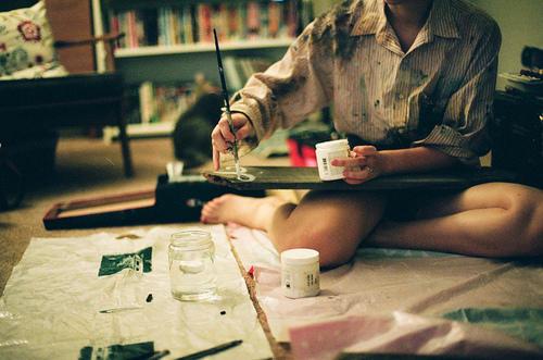 chica pintando inteligencia soledad