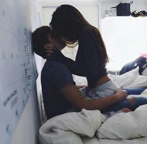 mujer con autoestima beso cama