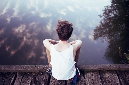 chica contemplando