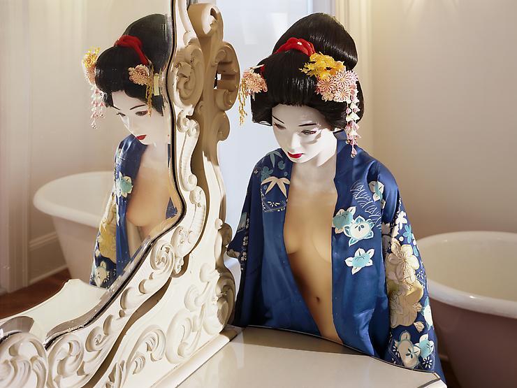 laurie-simmons-lovedoll-geishamirror