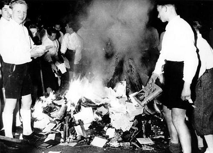 quema de libros juventudes