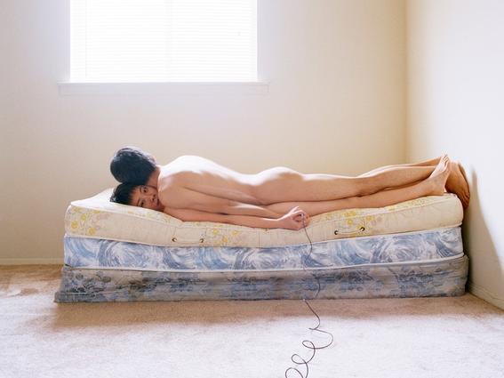 yijun liao cama encima