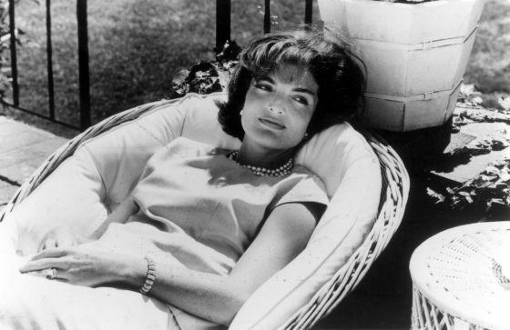 Jackie Kennedy recostada