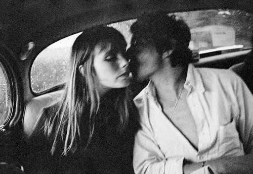 como conseguir una mujer bar beso coche