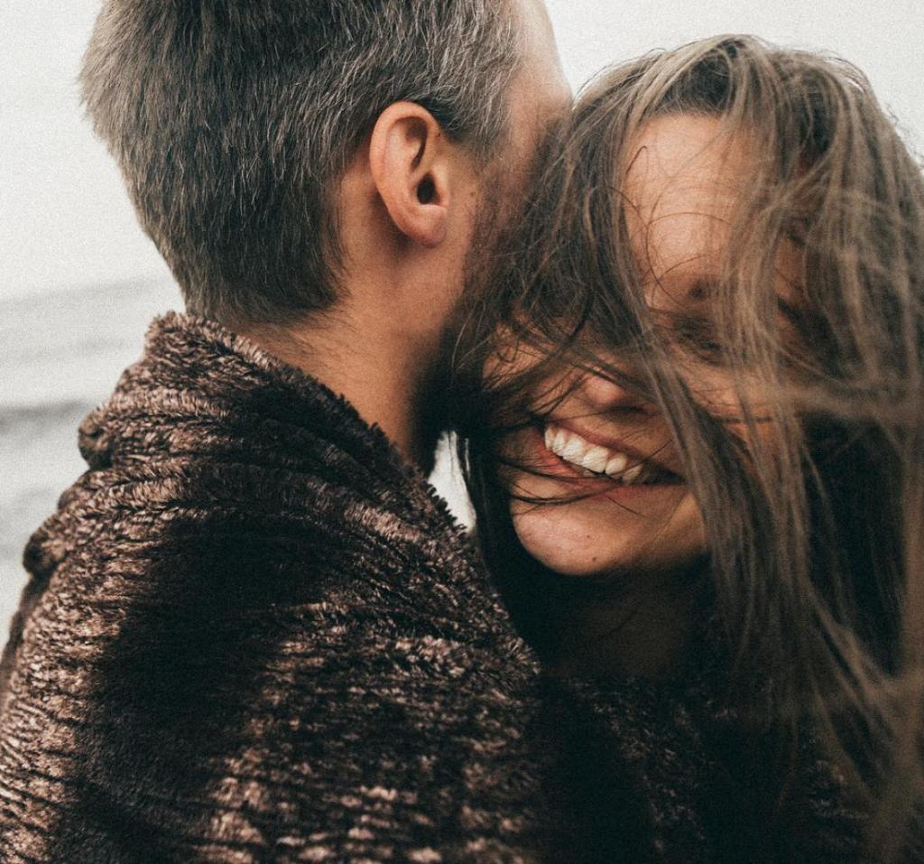 cosas romanticas que hacen las mujeres risa