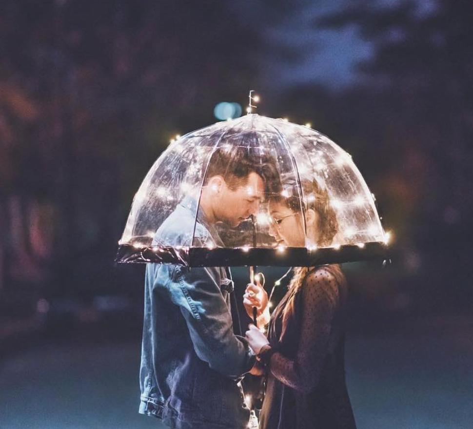 cosas romanticas que hacen las mujeres sombrilla