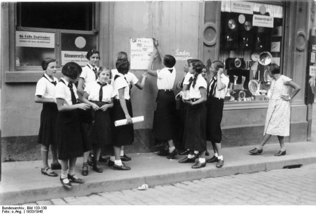 feminazis carteles de reclutamiento