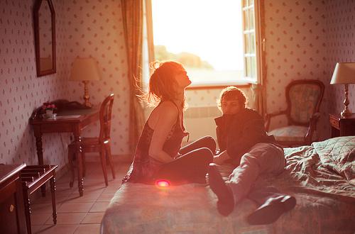 pareja manipuladora en cama