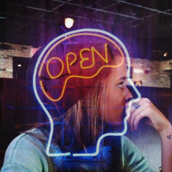 imagen-curiosa-cartel-neon-cerebro-open