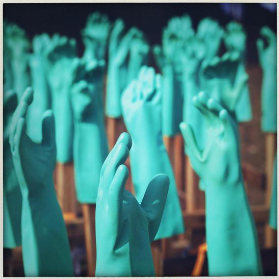 sobrevivientes al ebola en africa guantes