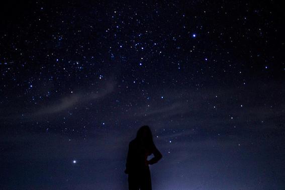 chica cielo estrellado noche