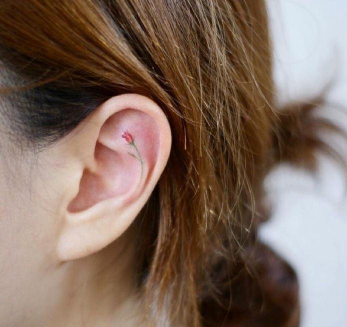 oreja pequenos tatuajes de rosas
