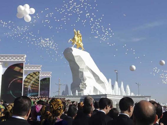 viajar a turkmenistan presidente-w636-h600
