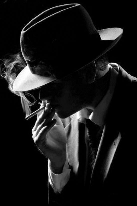 10 novelas negras hombre fumando