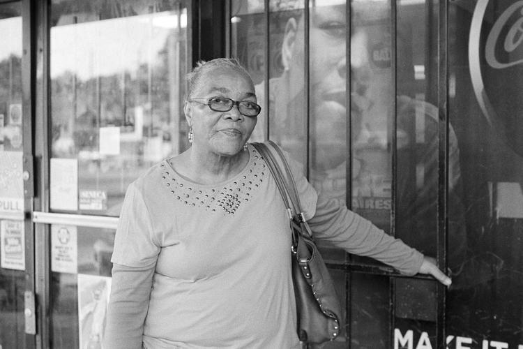 Ashley- Comer anciana