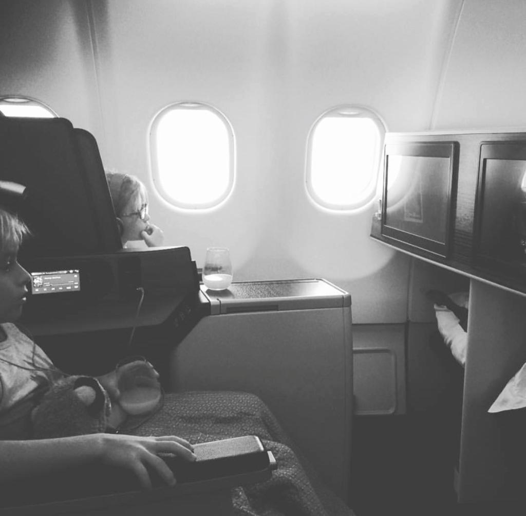 alguien muere en el vuelo en el que viajas profundo