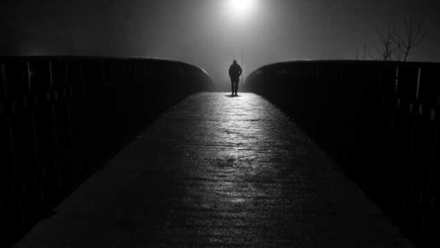 hombre solitario noche camino soledad-w636-h600