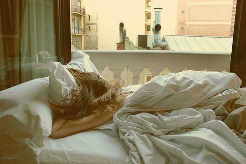 mujer cama dormir