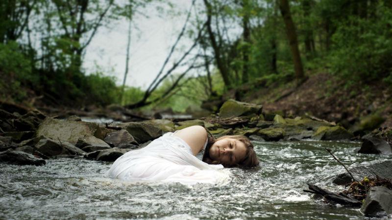 mujer río