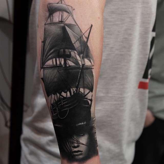 mujer tatuajes de barcos
