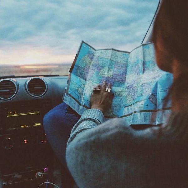 mujer viaje mapa