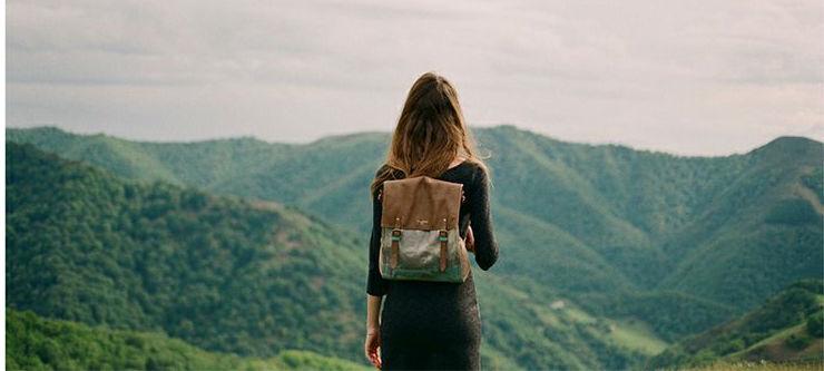 mujer viaje mochila