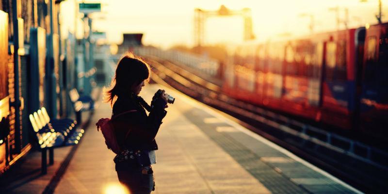 mujer viaje tren