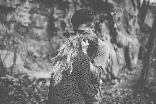 pareja amor bosque