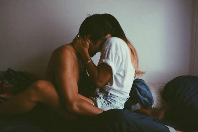 pareja sexual equivocada abrazo-h600