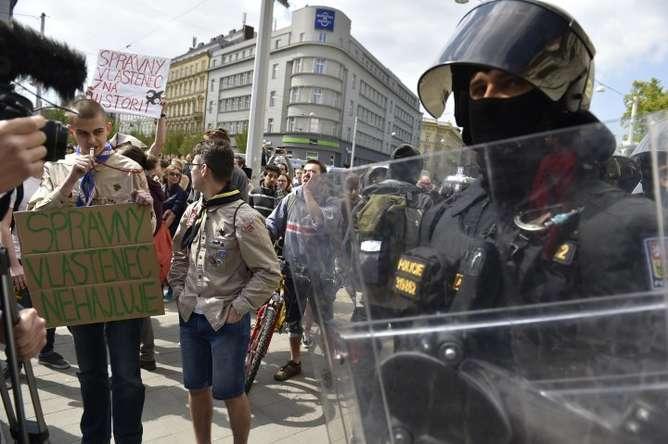 nina scout se enfrento a un manifestante
