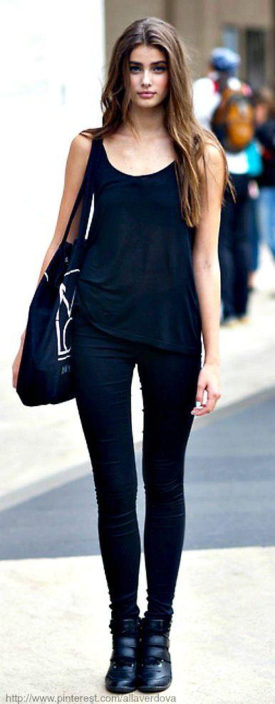 Vestido azul marino y medias negras