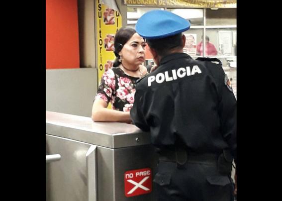 Hombre vestido de mujer en el metro
