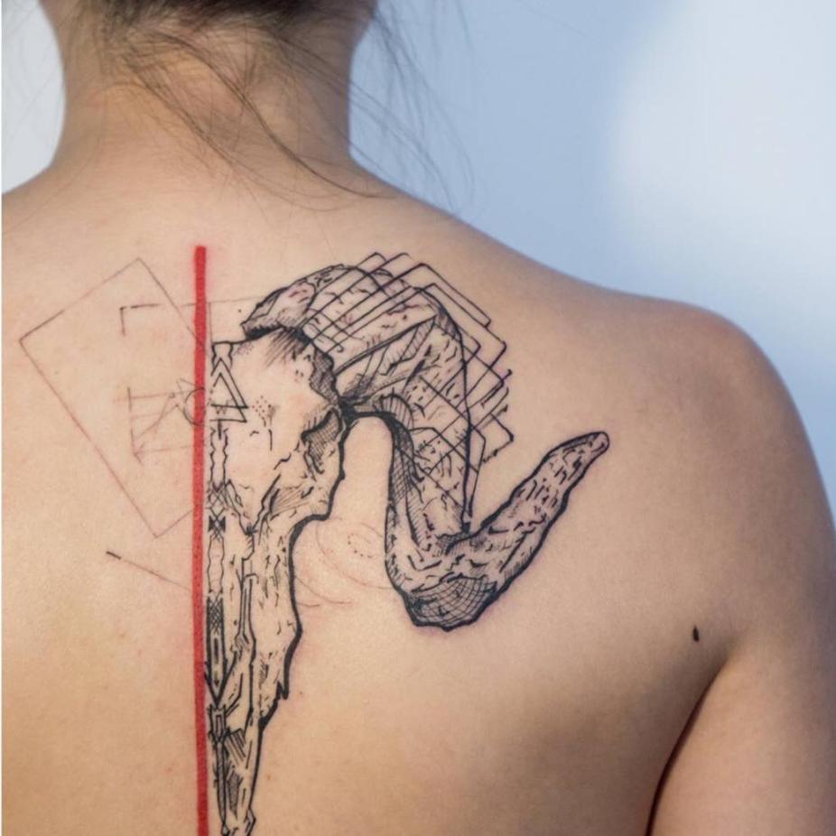 tatuajes abstractos. venado espalda