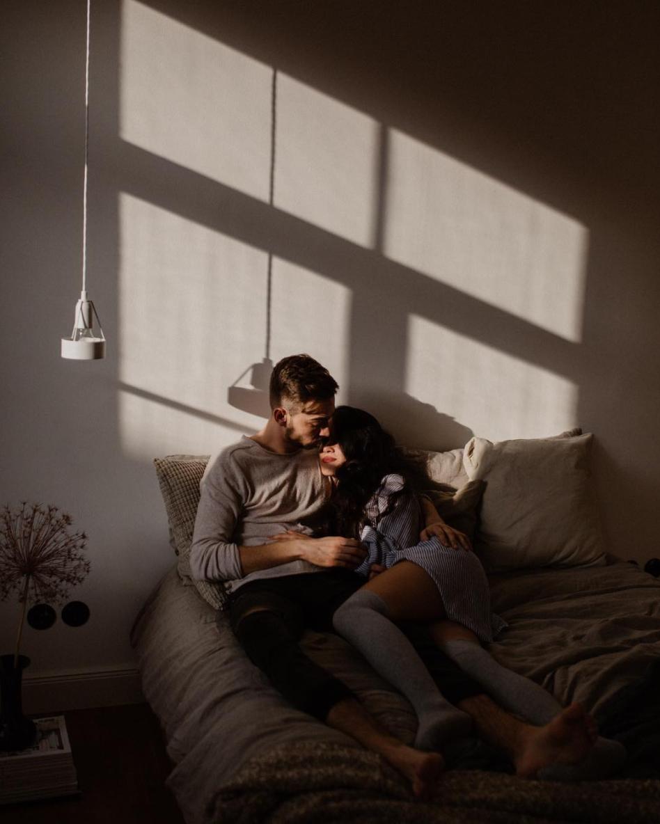 pareja cama amor luz ventana