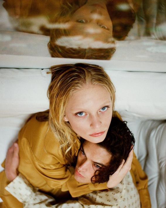 abrazo cama pareja