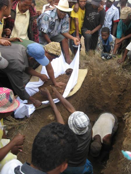 Famadidihana Madagascan dead celebration exhumation