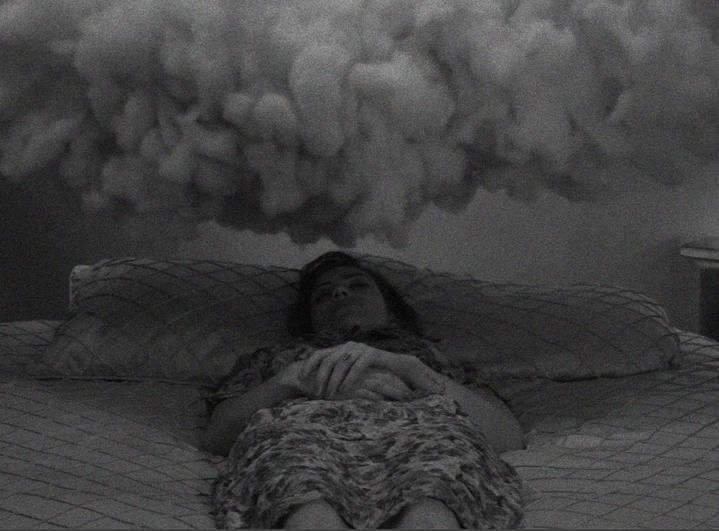 mujer dormida con nube