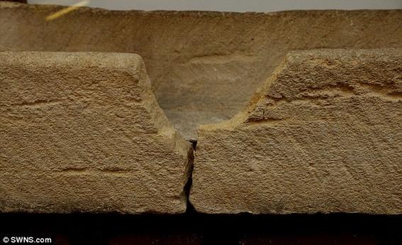 hombre destruye sarcofago 1