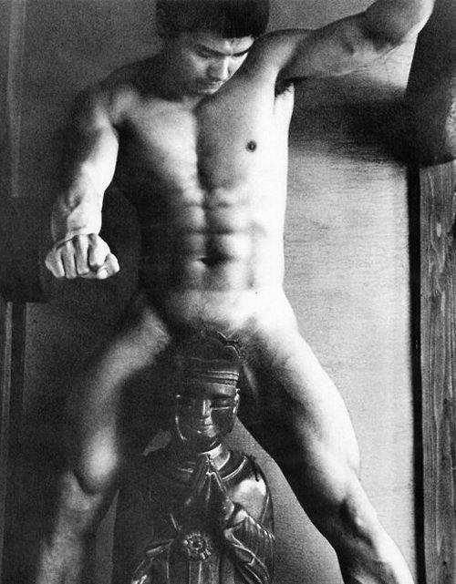 22 fotografías para admirar la desnudez y el erotismo de los hombres en Japón 16