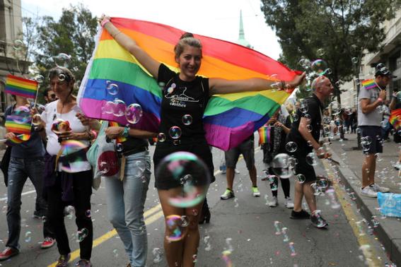 ministro serbia encabeza marcha del orgullo gay 1