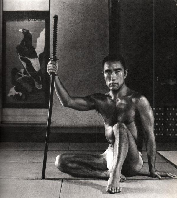 22 fotografías para admirar la desnudez y el erotismo de los hombres en Japón 18