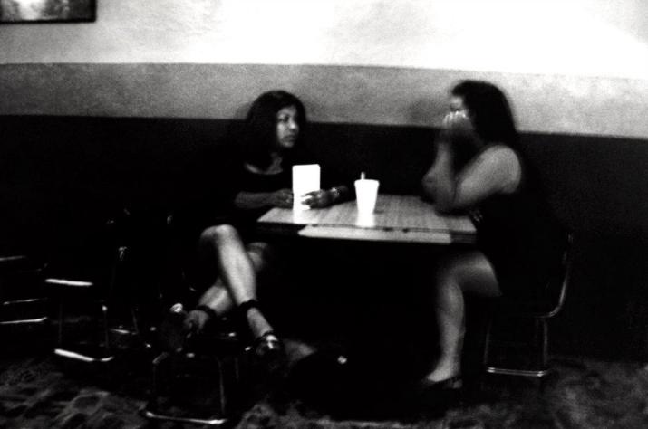 14 fotografías de ficheras: el amor que se vende en la oscuridad 6