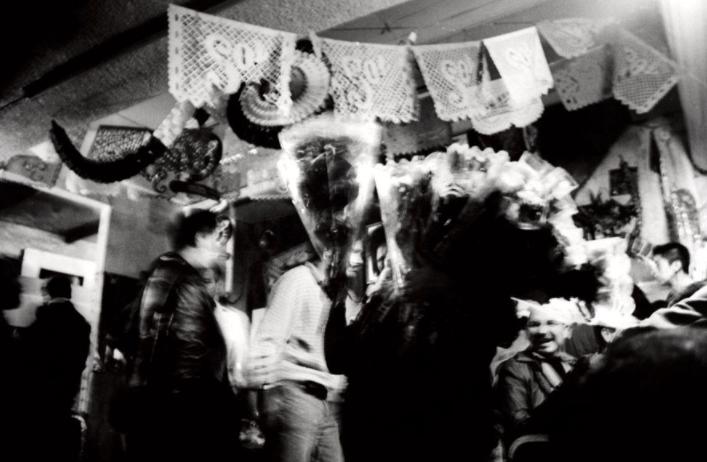 14 fotografías de ficheras: el amor que se vende en la oscuridad 3
