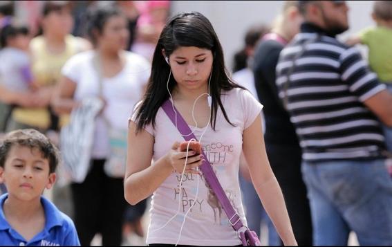 multaran a quien cruce la calle mirando el celular 1