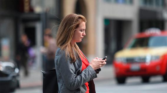 multaran a quien cruce la calle mirando el celular 2